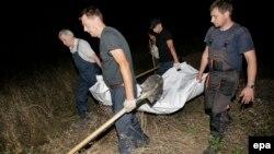Група «Чорний тюльпан» із ексгумованим тілом загиблого воїна