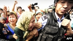 На месте столкновений полиции и этнических уйгуров. Урумчи, 7 июля 2009 года.
