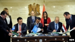 Syrian ambassador to the UN Bashar Jaafari (2-R) signed an agreement with the UN to dispose of its chemical weapons in February 2014.