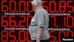 Человек на фоне курсов валют