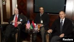 Мустафа Абдэль Джаліль крайні справа.