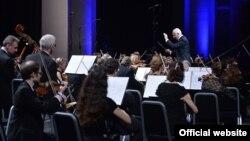 Վլադիմիր Սպիվակովը ղեկավարում է Ռուսաստանի ազգային սիմֆոնիկ նվագախումբը: Երևան, ապրիլ, 2015 թ․