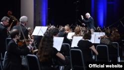 Վլադիմիր Սպիվակովը ղեկավարում է Ռուսաստանի ազգային ֆիլհարմոնիկ նվագախմբի համերգը, Երևան, ապրիլ, 2015թ.