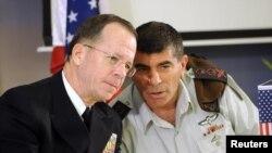 گابی اشکنازی رئیس ستاد کل نیروهای دفاعی اسرائیل در کنار مایک مولن رئیس ستاد مشترک ارتش آمریکا