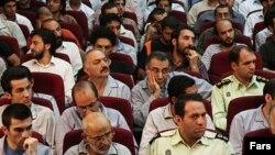 محسن میردامادی (نفر دوم از چپ در ردیف نخست) و عبدالله رمضانزاده (نفر دوم از راست در ردیف سوم) از جمله امضاکنندگان این نامه هستند