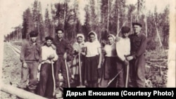 На строительстве узкоколейки. Старо-Шумилово. Томская область. 1950-е годы