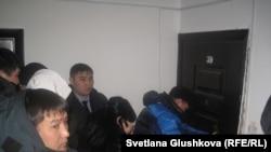 """В присутствии судебных исполнителей и полицейских происходит вскрытие квартиры в ЖК """"Европейский"""". Астана, 30 января 2013 года."""