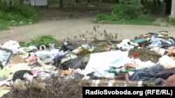 Сміття біля будинку в одному із спальних районів Кадіївки