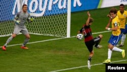 Ярымфиналның беренче 30 минутында ук алманнар бишенче тупны керткәннән соң уенны дәвам итәр алдыннан бразилияле Фредоның реакциясе
