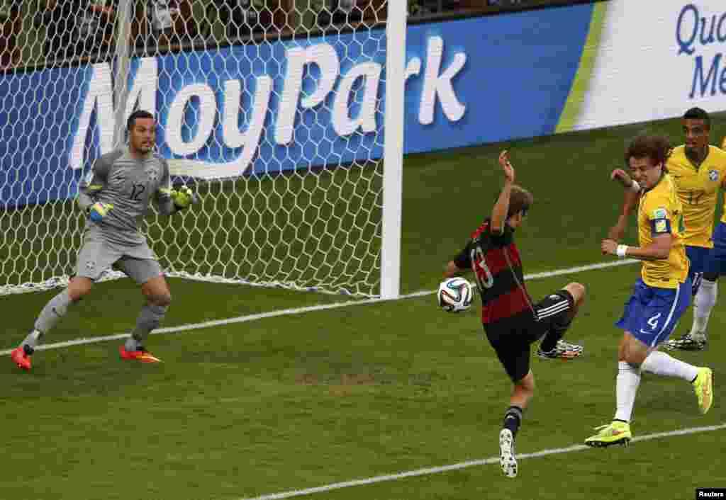 Гол немцев в ворота сборной Бразилии.