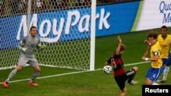 Томас Мюллер забивает первый гол в ворота сборной Бразилии