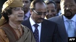 معمر قذافی در میان نمایندگان اتحادیه آفریقا
