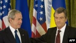 ویکتور یوشچنکو، رییس جمهوری اوکراین همراه با جرج بوش، همتای آمریکایی خود. (عکس:AFP)