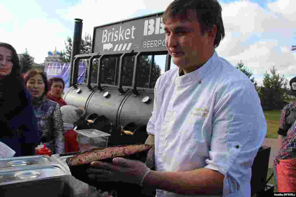 Представили на фестивале копченые мясные изделия...
