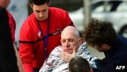 در جریان انفجارهای دیروز ۳۱ تن کشته و ۲۶۰ نفر مجروح شدند. یکی از مطنونان متواری است و پلیس در تلاشی همهجانبه در تعقیب او