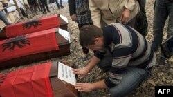 Sa sahrane posmrtnih ostataka 22 kosovska Albanca koje su na Kosovu srpske snage ubile tokom rata 1998-1999, Priština, april 2015.