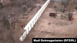 Ақсай-4 ықшам ауданындағы аулада тұрған дуал. Алматы, 7 сәуір 2012 жыл.