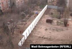 Забор на месте неожиданной новостройки в микрорайоне Аксай-4. Алматы, 7 апреля 2012 года.