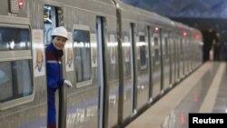 Работница метро выглядывает из вагона. Алматы, 1 декабря 2011 года.