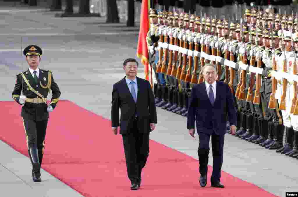 Си Цзиньпиннің Назарбаевты қарсы алған сәт.
