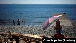 Хората в Канада търсят прохлада на брега на океана