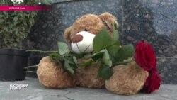 Российское посольство в Киеве: поток людей не иссякает