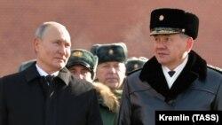 Президент Росії Володимир Путін (л) і міністр оборони РФ Сергій Шойгу