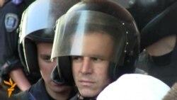 Активістів і «Беркуту» під Українським домом більшає