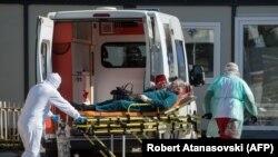 Амбулантно возило пред Инфективната клиника во Скопје.