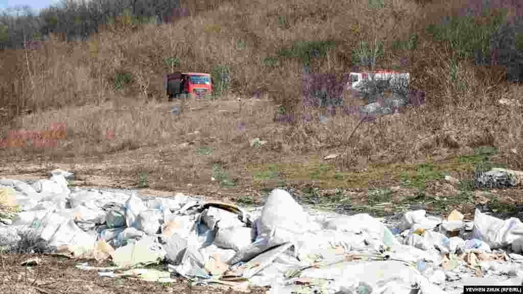 У полях навколо Тилового продовжують рости звалища сміття, яке привозять з будівництв Південного узбережжя Криму. Останнім часом - це справжня бідаБайдарської долини