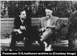 Сахаров (слева) во время дискуссии с коллегой-ученым Игорем Курчатовым в 1958 году. Оба работали над созданием советской водородной бомбы и получили львиную долю признательности за ее создание. Позднее Курчатов тоже выступал за мирное использование ядерных технологий.