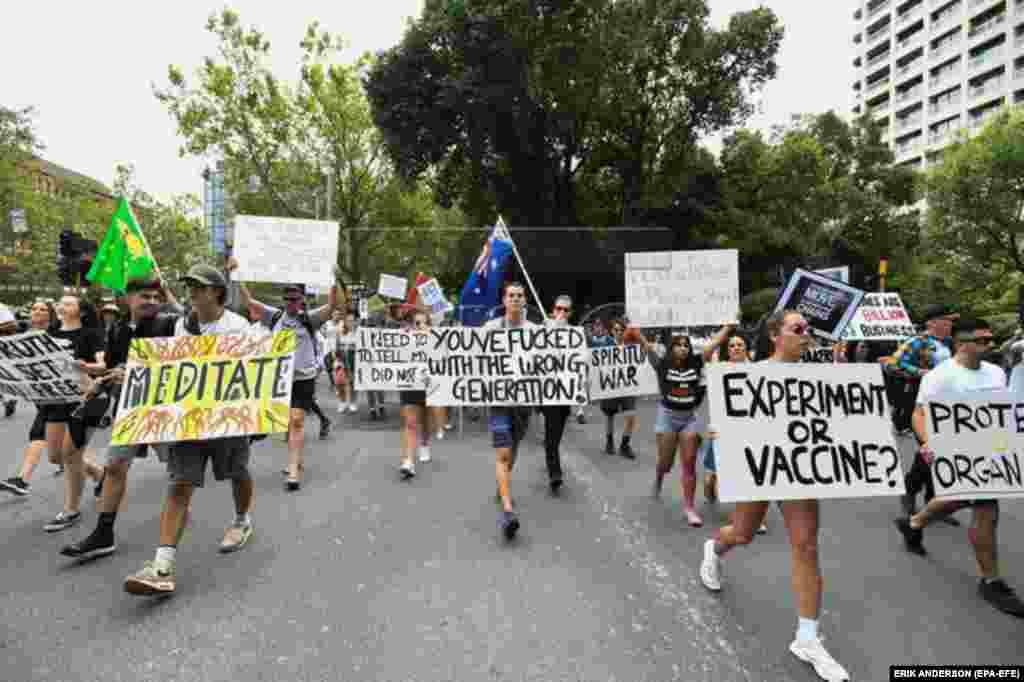 """Vakcinaellenes plakátokkal vonultak végig az utcán Melbourne-ben február 20-án. Több ausztrál városban is vakcinaellenes megmozdulásokat szerveztek, ahol a többi között olyan jelszavakat skandáltak mint """"Az én testem, az én döntésem!""""."""
