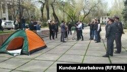 Акция протеста у здания ЦИК в Бишкеке. 14 апреля 2021 г.