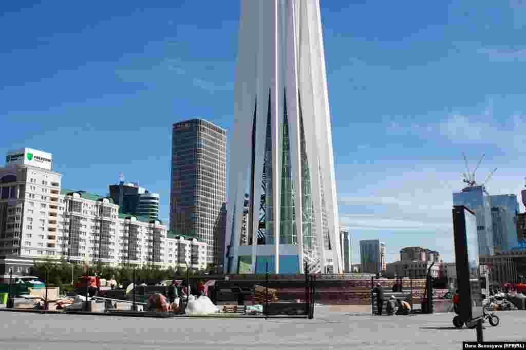 Реконструкция «Байтерека», завершение которой планировалось на 15 мая 2017 года.