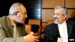 علی اصغر سلطانیه (راست) به همراه یکی از همکارانش در آژانس بین المللی انرژی هسته ای