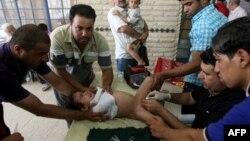 Баланы сүндетке отырғызып жатыр. Бағдад, Ирак. 15 маусым 2011 жыл.