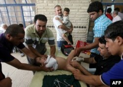 Мальчику делают обрезание. Багдад, Ирак. 15 июля 2011 года.