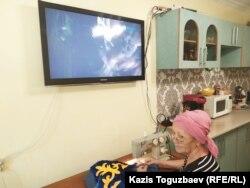 66-летняя Куляш Умирова, мать освободившейся из женской тюрьмы Жанны Умировой. Город Капшагай Алматинской области, 22 августа 2019 года.