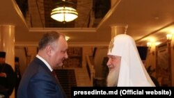 Președintele moldovean Igor Dodon preferă să pozeze lângă înalți prelați. Aici e cu patriarhul rus Chiril, 25 decembrie 2017