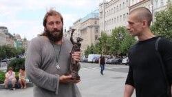 Чичваркин получает от Павленского статуэтку премии имени Гавела