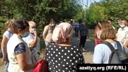 Учителя труда на улице перед зданием управления образования Западно-Казахстанской области. Уральск, 26 августа 2021 года