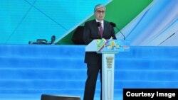Президент Казахстана Касым-Жомарт Токаев выступает с речью на праздничном концерте в День единства народа. Алматы, 1 мая 2019 года.