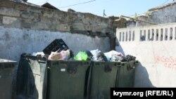 В курортный сезон из-за наплыва туристов объем мусора на побережье стремительно растет
