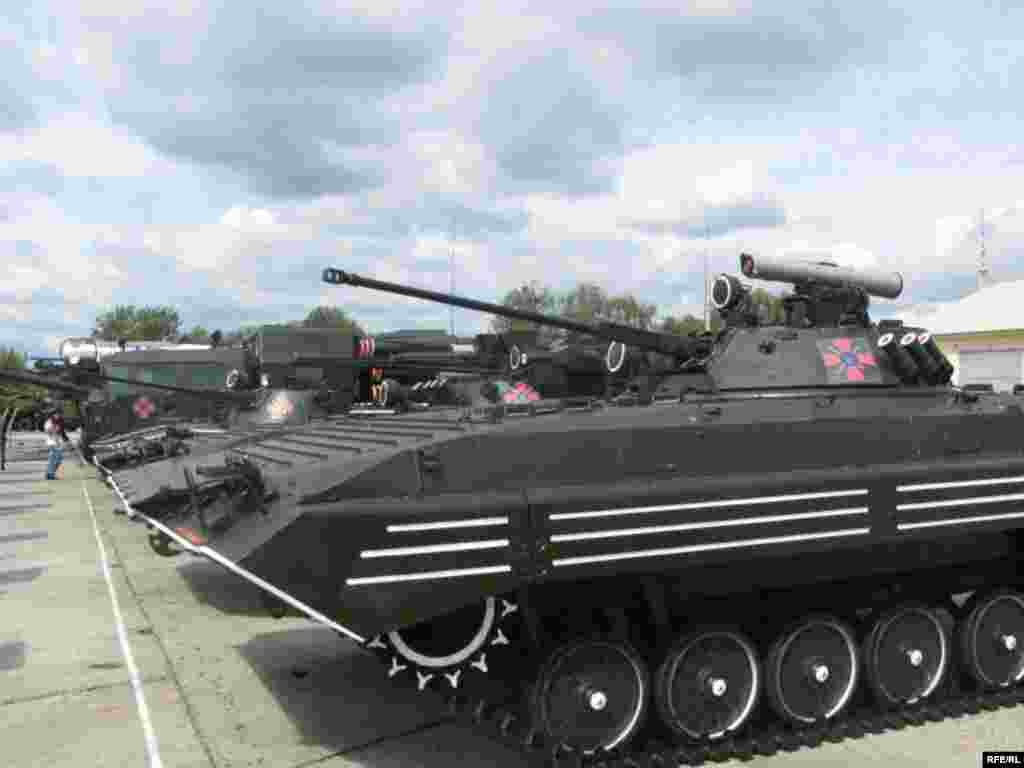 Військова техніка, що виставлятиметься для показу під час святкування Дня Незалежності України - Бронетехніка в бойовому строю