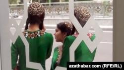 Turkmen schoolgirls at a bus stop in Ashgabat. (illustrative photo)