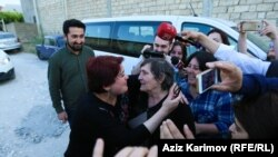 RFE/RL Journalist Khadija Ismayilova hugs her mother after being released from custody on May 25, 2016. (File photo).