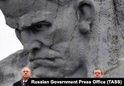 Свой ультиматум об «углублении интеграции» российский премьер Дмитрий Медведев (справа) объявил своему белорусскому коллеге Сергею Румасу (слева) в Бресте в декабре 2018 года