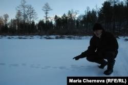 Охотник Юрий Старовойтов показывает редкие теперь в тайге следы зайца