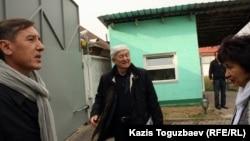 Оппозиционные политики Болат Абилов (слева) и Толеген Жукеев (в центре) во дворе домов, принадлежащих Макпал Жунусовой, вдове Заманбека Нуркадилова. Алматы, 12 ноября 2012 года.