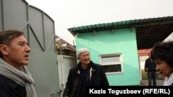 Қазақстандық саясаткерлер Мақпал Жүнісова тұратын үйдің ауласында. Алматы, 12 қараша 2012 жыл